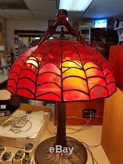 16x24 Tiffany Lampe De Style. Fait À La Main Par Un Artiste Local. L'un D'un Thème Genre Araignée
