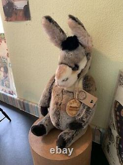 Coco Et Clare Eddie Le Donkey Est Un Ours Artiste. Navire Dans Le Monde Entier