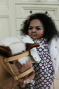 Ultra Real Happiest Ethnique Biracial Prototype Réincarné Toddler Artiste Katie